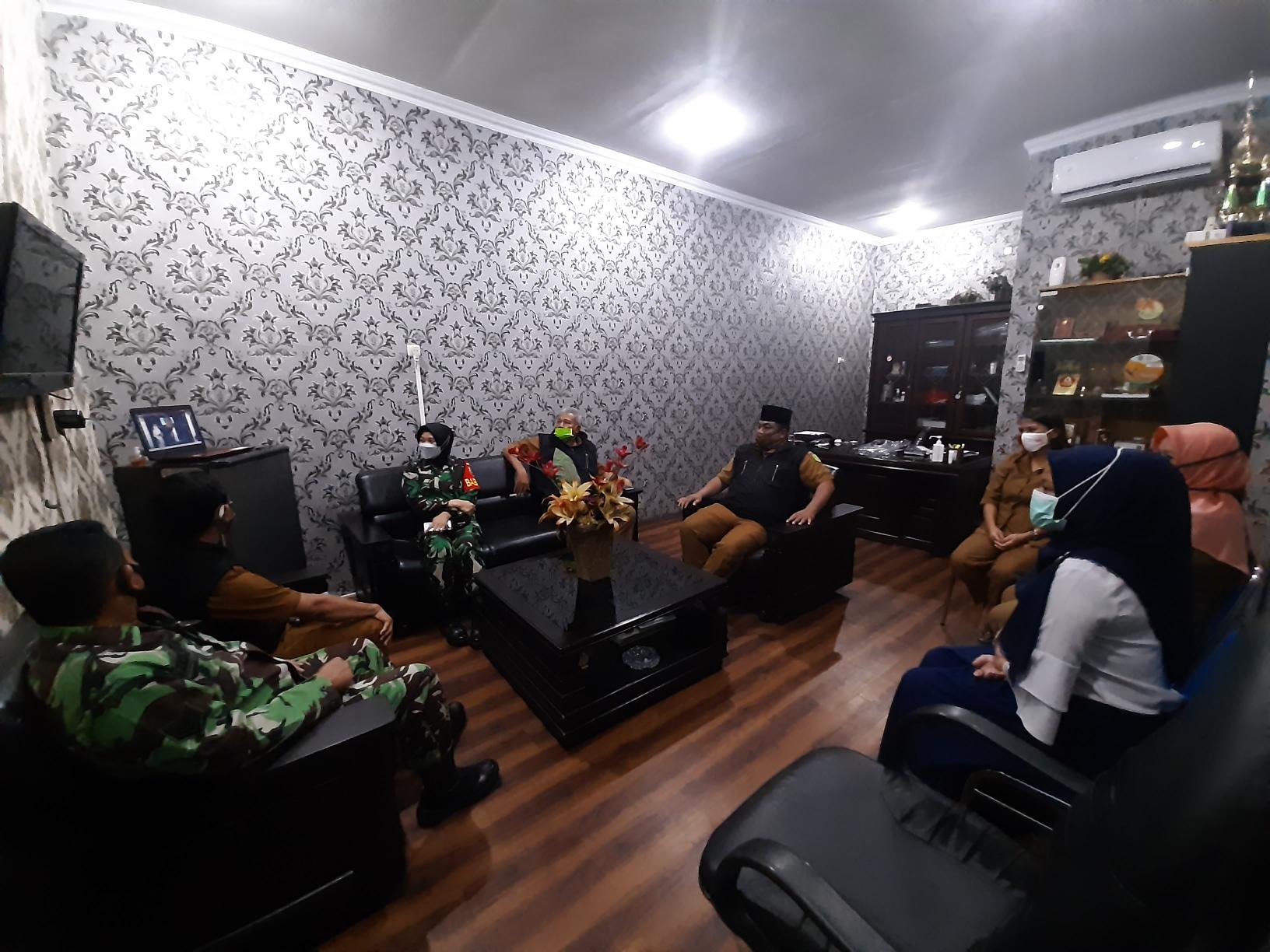 Pegawai Kecamatan Medan Petisah Menyaksikan Live Streaming Pembukaan MTQ Ke-54 Kota Medan